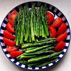 asparagus-spears-tomato-slices-lycopene-high-