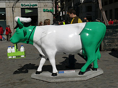 statue-of-green-cow-milkcow-for-organic-milk-go-green