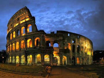 rome-colosseum-after-sunet-darkness-coming-in