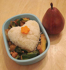 white-rice-bento-plate-shaped-like-heart