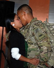 us-troop-welcomed-home-by-his-wife